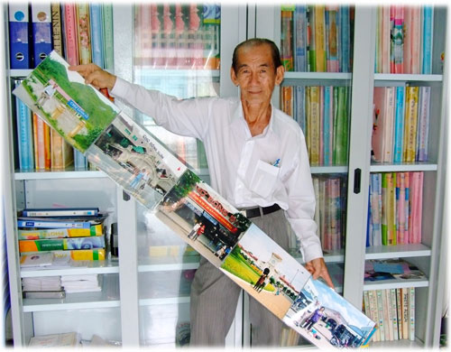 Ông Hồ Đại Phước và 5 bức ảnh chụp 5 ngôi chợ tiêu biểu của đất nước: Lũng Cú, Đồng Xuân, Đông Ba, Bến Thành và Đất Mũi  - Ảnh: Đ.T