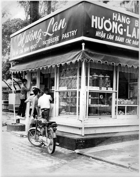 Bánh mì Hương Lan và các sạp báo, thuốc lá phía bên trái cổng bưu điện